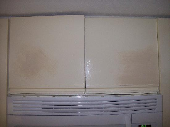 Holiday Surf & Racquet Club: Bad painting touch-up jobs on kitchen cabinets