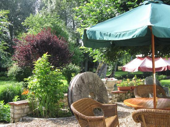 Le Moulin des Charmes: Beautiful grounds