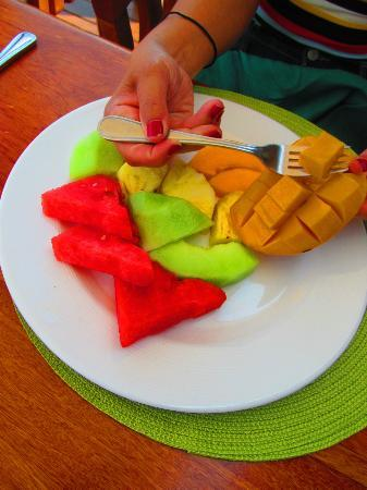 Hatchet Caye Resort: The fruit was amazingly fresh and juicy and sweet!