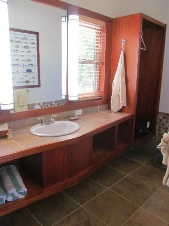 Hatchet Caye Resort: Bathrooms are very nice