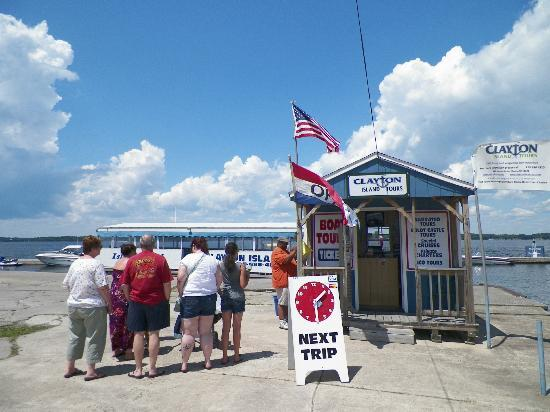 Clayton Island Tours: Waiting in line