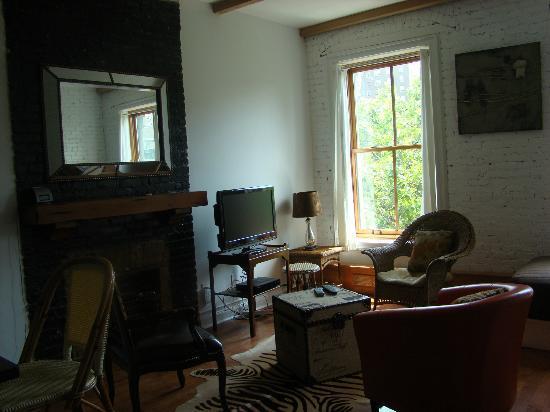 La Maison d'Art: Living room