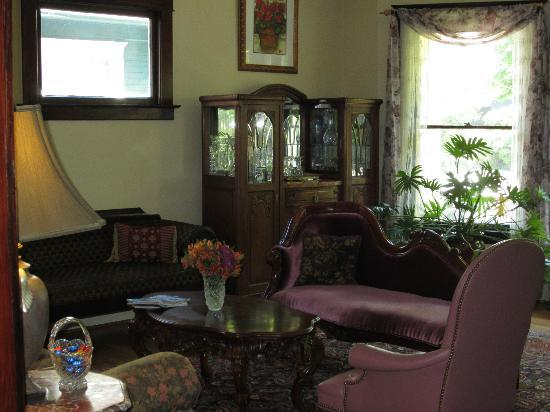 11th Avenue Inn Bed and Breakfast: An elegant sitting room adjacent to the breakfast area