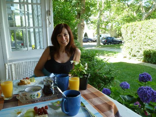 Ashling Cottages: Breakfast on the patio