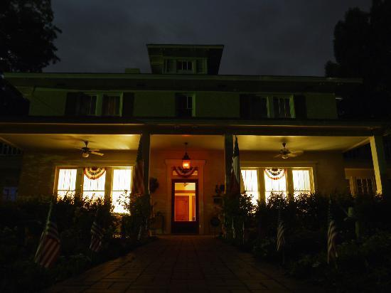Delta Street Inn: Front of house after dark