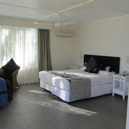 Manuia Beach Resort: Our spacious bedroom