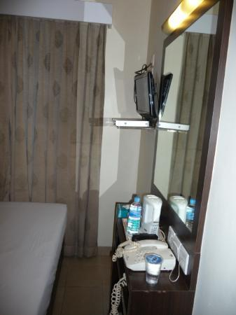 Hotel 81 Balestier: television and desk