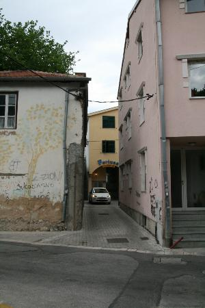 Villa Fortuna B&B: Narrow driveway!