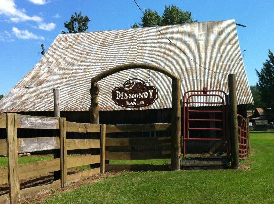 Diamond T Ranch: A barn along the entrance