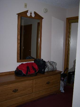Hall of Fame Hotel: Lots of Mirrors and Dresser Drawers