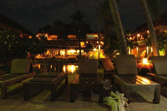 Aloha Resort: view of pool and hotel at night