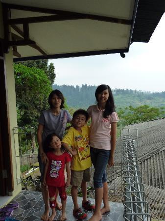 Sukabumi, Indonesia: Pemandangan depan kamar dg latar belakang gunung & hutan lindung Situgunung.