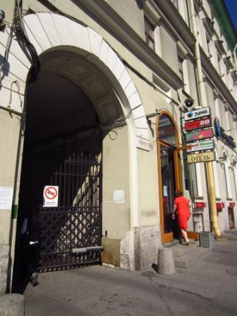 Nevsky Contour Hotel: archway off Nevsky Prospekt