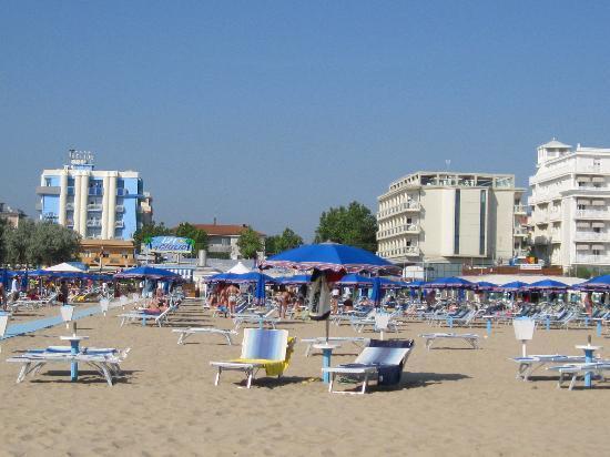 Spiaggia bagno 121 hotel helios sullo sfondo picture of hotel helios rivazzurra tripadvisor - Bagno 30 rimini ...