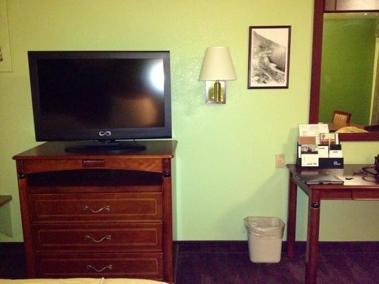 America's Best Inn Hawthorne : Flat screen