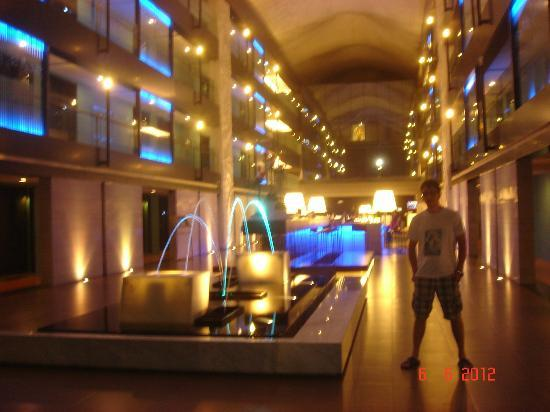 Banthai Beach Resort & Spa: the entrance of the hotel by night