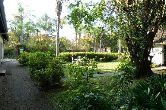 Karula Hotel: Well kept Tropical Grounds