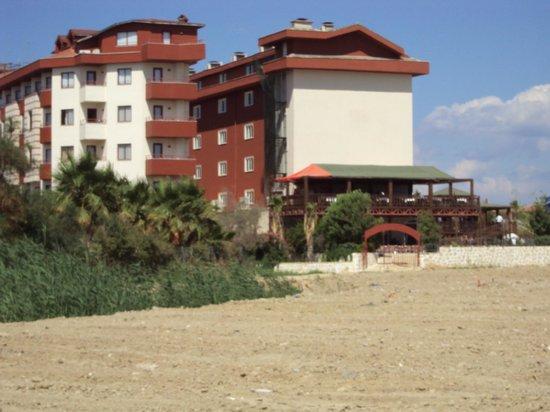 Desire Beach Hotel: vu de l'hôtel en venant de la plage