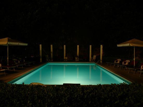 piscina notturna - Foto di Park Hotel Fantoni, Tabiano - TripAdvisor