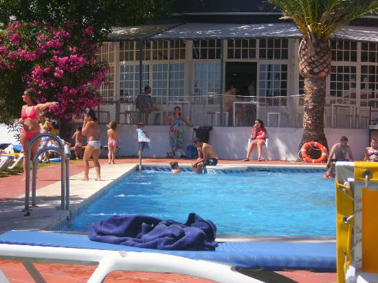 Carabela Beach & Golf Hotel: Zona de la piscina y cafeteria al fondo