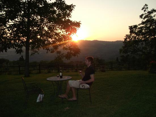 Agriturismo Poggio al Sole: Sipping wine in the garden at sunset