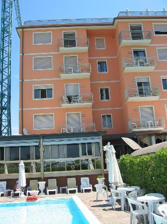 Hotel Bixio : l'albergo visto dalla piscina
