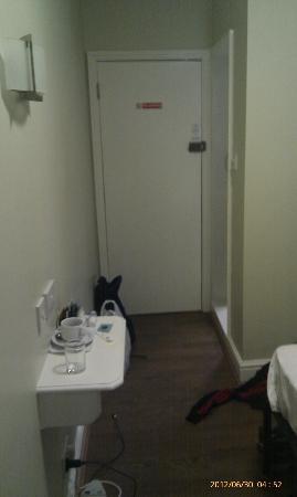 سنترال هوتل: Look from the window to the door