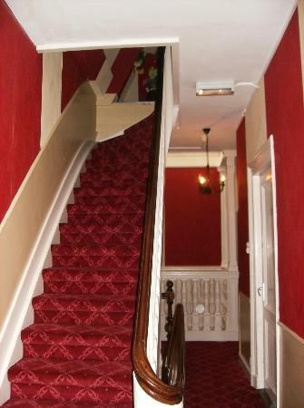 Hotel Rembrandt: Hotelgang og trappe op til 3. sal set fra værelset