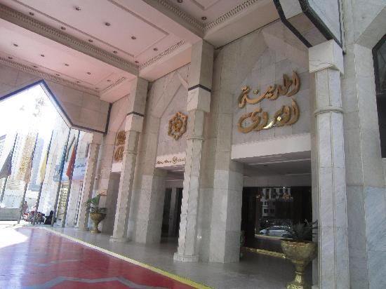 Madina Oberoi: Hotel entrance