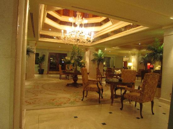 Madina Oberoi: Lounge in front of lobby, next to the reastaurant