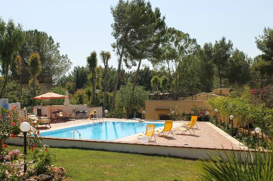 Villa Rosemary Hill's: piscina e bar lounge