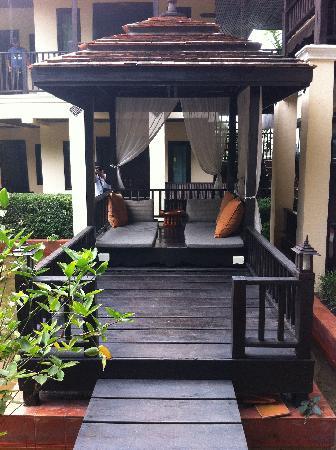 B2 Ayatana Premier Hotel & Resort: ศาลาใกล้ๆสระน้ำ