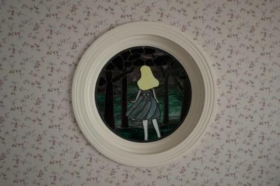 Cheshire Cat Inn: Alice's Room - window above the bed at night