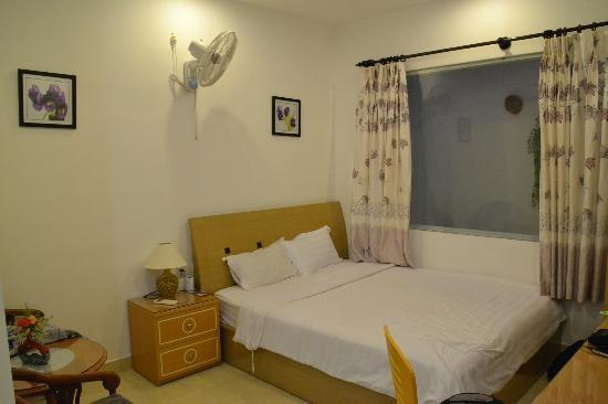 Khoi 2 Hotel: Appropriately sized bed and the fan are available