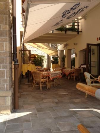 Macok Bistro and Wine Bar: Outdoor dining area