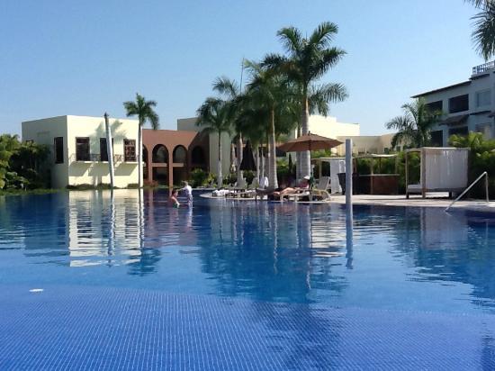 Taheima Wellness Resort & Spa : more pool looking toward bar and lobby area