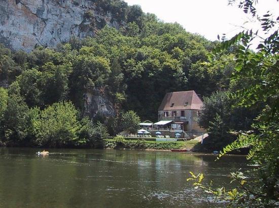 view across the dordogne to la maison du passeur