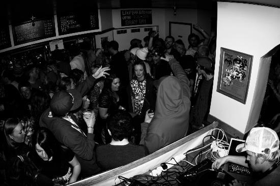 The Loop Bar : Crowd in full flow.