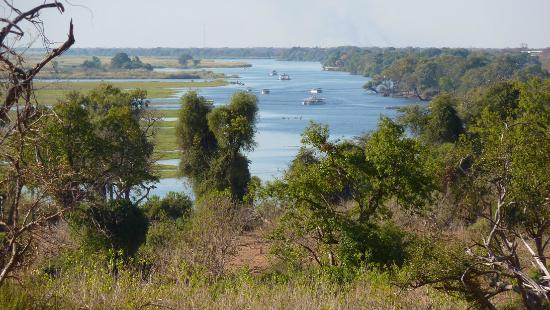 Elephant Valley Lodge: View of Chobe river with safari boats, seen from game vehicle