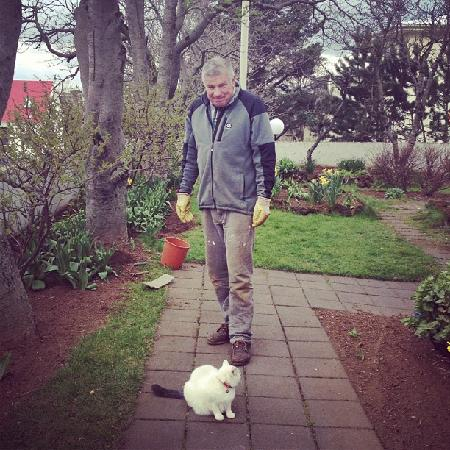 Guesthouse Galtafell: Arni and Jelly Belly working in the garden