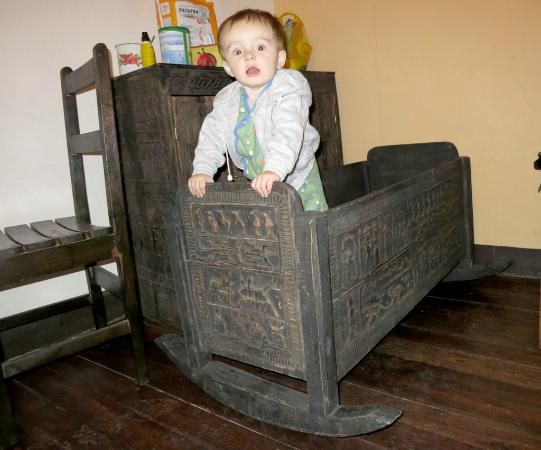 Hotel Niaouly : The baby bed/crib / rocker. Handmade and really cool-looking! Not the best for a crawler thoug
