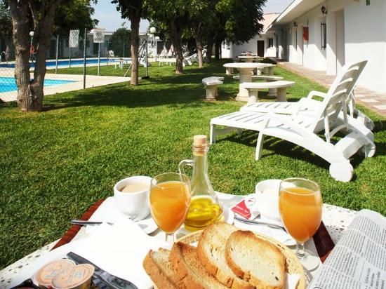 Hostal Las Cumbres: Desayuno en el jardín