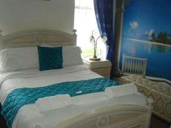 The New Chelvedon Hotel: Room 14: Tropical Room
