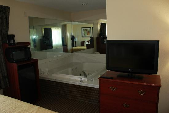 Quality Inn & Suites: Upgraded King Suite View 1
