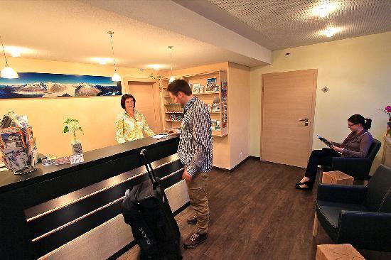 Rezeption Hotel des alpes Fiesch