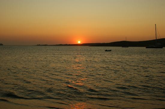Hotel Eleftheria Parikia: coucher de soleil sur la plage proche de l'hôtel