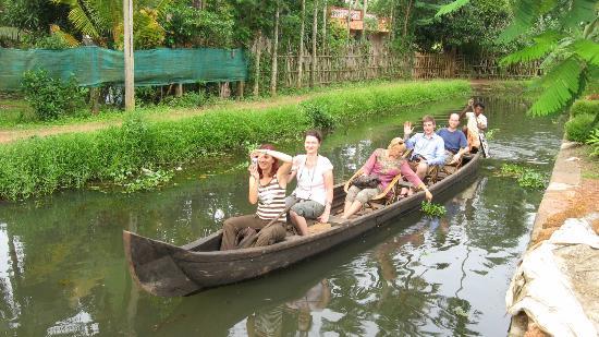 Nelpura Heritage Homestay: Narrow canal cruise