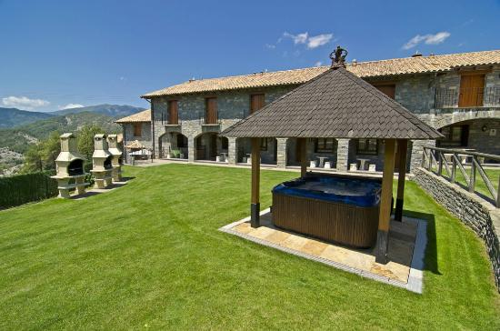 Vista jardin con jacuzzi spa y barbacoas picture of for Casas minimalistas con jardin