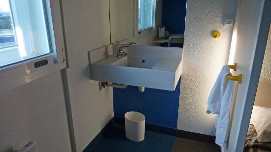Hotel F1 Roissy Aeroport CDG PN 2: 洗面所