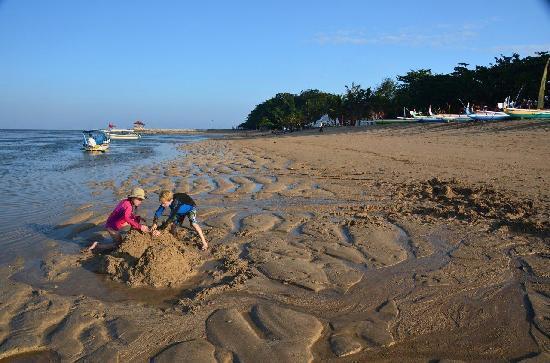 Tandjung Sari Hotel: Beach in front of hotel